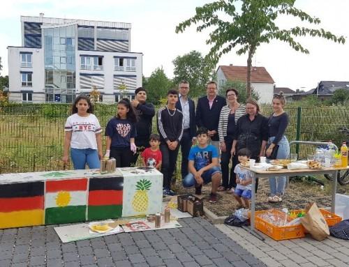 Mit Freude sprühen: Kinder und Jugendliche verschönern ihre Unterkunft